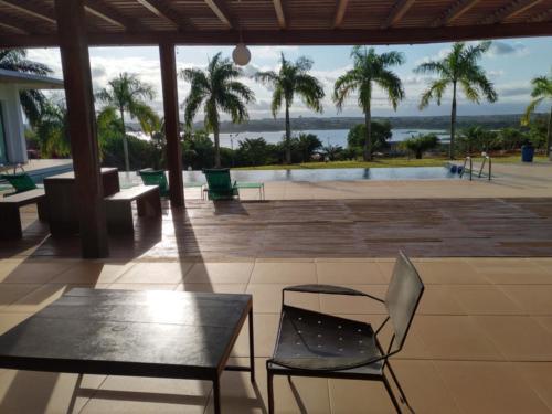La piscine, vue sur les palmier